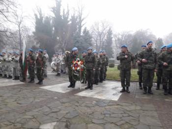 Венци и цвеня пред паметника на капитан Бураго