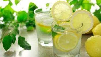 Ползата от водата с лимон на гладно била мит