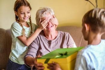Младите заразяват своите родители, баби и дядовци
