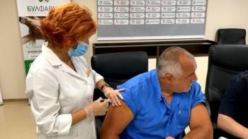 Карат Бойко да не гледа как го ваксинират, боцнаха го с болезнена игла