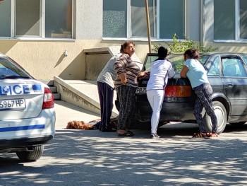 Младеж почина, докато чака линейка, тялото му стои на земята пред спешното в Асеновград