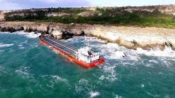 Отровите от заседналия кораб вече са във водата
