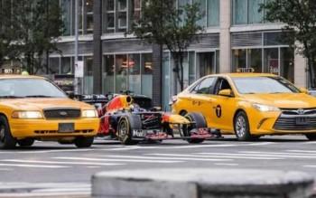 Болид от Формула 1 пуснат на улицата